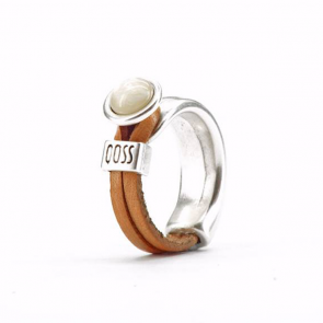 Ring Gwen naturel leer met licht creme bolle steen